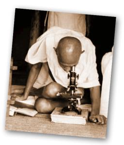 gandhi_mikroskop.001